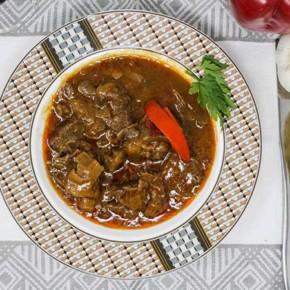 Guisado de ternera en salsa de verduras con setas